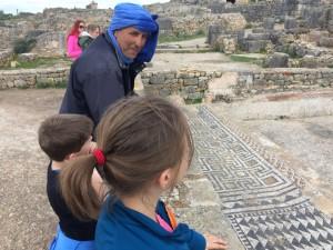 Visitando las ruinas de Volúbilis bajo la atenta mirada de nuestro guía