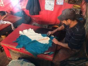 Tintando las pieles de azul en Fez
