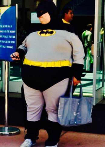 Este Batman lleva en su bolsa algo más que 21 latas de Coca Cola