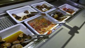 Variedad de verduras en el bufé del hotel